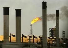 <p>Foto de archivo de la refinería Amuay-Cardón en Falcón, Venezuela, abr 4 2003. La estatal Petróleos de Venezuela (PDVSA) detuvo el martes el reformador de nafta de la refinería Cardón por un incendio, lo que deja la segunda mayor planta del país petrolero operando a casi la mitad de su capacidad debido a que ya estaba realizando un mantenimiento programado en otras dos unidades. REUTERS/Jorge Silva</p>