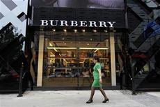 <p>Burberry fait état d'un bénéfice du premier semestre en hausse de 6%, le groupe de luxe britannique faisant mieux que prévu grâce à des achats de consommateurs fortunés qui restent élevés malgré une économie mondiale en petite forme. /Photo prise le 11 juillet 2012/REUTERS/Jason Lee</p>