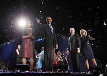 <p>Barack Obama et son épouse Michelle, aux côtés du vice-président Joe Biden et de son épouse Jill, dans le fief de Chicago, à l'issue de sa victoire pour un deuxième mandat à la présidence des Etats-Unis. Le chef de la Maison blanche a promis d'oeuvrer avec les républicains pour faire face aux échéances budgétaires et fiscales. /Photo prise le 7 novembre 2012/REUTERS/Jason Reed</p>