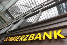 <p>Commerzbank compte supprimer des emplois mais aussi procéder à un investissement d'un milliard d'euros dans sa banque de détail, une activité qui n'est pas au beau fixe, selon des sources proches de la deuxième banque allemande. /Photo prise le 19 janvier 2012/REUTERS/Alex Domanski</p>