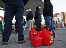 <p>Un grupo de clientes espera en fila para rellenar unos bidones en las afueras de una gasolinera Hess en el barrio neoyorquino de Brooklyn, nov 9 2012. La ciudad de Nueva York comenzó a racionar gasolina el viernes por primera vez desde la crisis energética de la década de 1970, buscando aliviar una escasez de combustible en el noreste de Estados Unidos generada por la devastadora tormenta Sandy. REUTERS/Brendan McDermid</p>