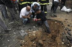 <p>Unos policías revisan un área donde cayó un cohete disparado desde la Franja de Gaza en Netivot, Israel, nov 12 2012. Ataques esporádicos con misiles desde la Franja de Gaza golpearon el sur de Israel el lunes por cuarto día consecutivo, en momentos en que Egipto trata de sellar una tregua y el Estado judío advierte que será más riguroso en su reacción si la violencia continúa. REUTERS/Ammar Awad</p>