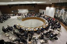 <p>Le Conseil de sécurité des Nations unies s'est réuni en urgence dans la nuit de mercredi à jeudi pour discuter des raids israéliens contre la bande de Gaza, mais sans finalement prendre de décision, alors que l'Etat juif a menacé d'accroître son offensive en réplique aux roquettes tirées par les activistes du Hamas. /Photo prise le 26 septembre 2012/REUTERS/Keith Bedford</p>