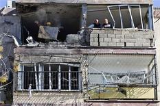 <p>Immeuble de la ville israélienne de Kiryat Malachi détruit par une des dizaines de roquettes tirées jeudi par le Hamas de la bande de Gaza. L'une d'entre elles a tué trois personnes alors que l'Etat hébreu continuait à mener plusieurs raids aériens sur l'enclave palestinienne. /Photo prise le 15 novembre 2012/REUTERS/Nir Elias</p>