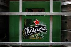 <p>Le brasseur néerlandais Heineken a terminé le rachat des parts directes et indirectes de Fraser and Neave's (F&N) dans Asia Pacific Breweries (APB) et peut désormais finaliser son acquisition. /Photo prise le 29 août 2012/REUTERS/Tim Chong</p>
