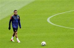 <p>L'attaquant chilien du FC Barcelone, Alexis Sanchez, sera indisponible quatre semaines en raison d'une blessure aux ligament de la cheville droite. /Photo prise le 18 septembre 2012/REUTERS/Albert Gea</p>