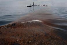<p>BP a accepté de payer une amende de 4,5 milliards de dollars dans le cadre d'un accord conclu avec le département américain de la Justice après la marée noire provoquée en 2010 par une explosion sur l'une de ses plates-formes, dans le golfe du Mexique. /Photo prise le 18 mai 2010/REUTERS/Hans Deryk</p>