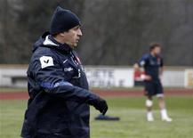 <p>Philippe Saint-André, sélectionneur du XV de France, a misé jeudi sur la continuité de la victoire le week-end dernier contre l'Australie pour tenter de réussir face à l'Argentine, samedi à Lille, une passe de deux. /Photo prise le 31 janvier 2012/REUTERS/Jacky Naegelen</p>