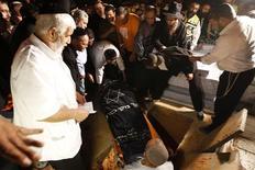 <p>A Kiryat Malachi, une des trois victimes israéliennes tuées par une roquette palestinienne. Deux roquettes tirées de la bande de Gaza ont pris pour cible Tel Aviv jeudi, dans ce qui constitue la première attaque visant la capitale économique israélienne depuis plus de 20 ans, dans un contexte de risque d'embrasement général du conflit. /Photo prise le 15 novembre 2012/REUTERS/Ronen Zvulun</p>