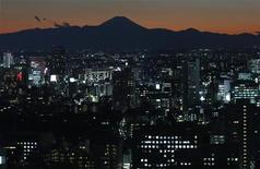 <p>Vue du mont Fuji derrière des batîments à Tokyo. Le gouvernement japonais a, pour le quatrième mois d'affilée, revu à la baisse les perspectives économiques du pays en novembre, la plus longue série en la matière depuis la crise financière de 2008-2009, qui suggère que la troisième économie mondial retombe inexorablement en récession. /Photo prise le 15 novembre 2012/REUTERS/Toru Hanai</p>
