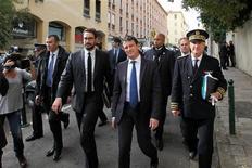 """<p>Manuel Valls dans les rues d'Ajaccio jeudi. Le ministre de l'Intérieur a pressé vendredi l'ancien dirigeant nationaliste corse Alain Orsoni de """"parler"""" à la suite de l'assassinat de quatre de ses proches depuis deux ans sur l'île. /Photo prise le 15 novembre 2012/REUTERS</p>"""