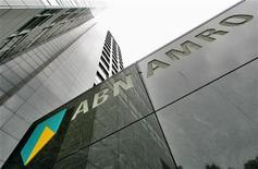 <p>D'après la banque publique néerlandaise ABN Amro, qui a dégagé sur le troisième trimestre un bénéfice net sous-jacent de 374 millions d'euros contre neuf millions sur la même période de 2011, une hausse de ses dépréciations sur prêts et une taxe bancaire de 112 millions d'euros pèseront sur ses résultats du quatrième trimestre. /Photo d'archives/REUTERS/Koen van Weel</p>