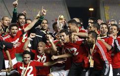 <p>Le club égyptien d'Al Ahly a détrôné samedi l'Espérance Tunis en Ligue des champions d'Afrique grâce à sa victoire en Tunisie (2-1), deux semaines après le nul 1-1 au match aller à Alexandrie. /Photo prise le 17 novembre 2012/REUTERS/Zoubeir Souissi</p>