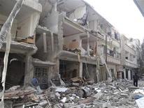 <p>Un hombre camina cerca a edificios dañados luego de que aviones de combate de la fuerza aérea de Siria, leales al presidente Bashar al-Assad, dispararon misiles en la localidad de Erbeen cerca a Damasco. 20 de noviembre, 2012. Aviones de combate sirios bombardearon el miércoles un suburbio de Damasco en un intento por sacar a rebeldes de un bastión que amenaza el control del presidente Bashar al-Assad sobre la capital, dijeron activistas de la oposición. REUTERS/Bassam al-Erbeeni/Shaam. Imagen para uso no comercial, ni ventas, ni archivos. Solo para uso editorial. No para su venta en marketing o campañas publicitarias. Esta imagen fue entregada por un tercero y es distribuida, exactamente como fue recibida por Reuters, como un servicio para clientes.</p>