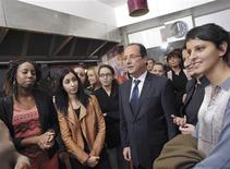 <p>François Hollande visite un foyer parisien accueillant des victimes de violences conjugales. Le chef de l'Etat a annoncé un plan global destiné à la protection des victimes. /Photo prise le 25 novembre 2012/REUTERS/Bertrand Langlois/Pool</p>