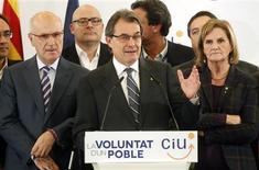 <p>Conférence de presse à Barcelone du président catalan Artur Mas de la coalition Convergence et union (CiU, centre droit), à l'issue des élections régionales anticipées de dimanche en Catalogne. Les quatre partis indépendantistes ont remporté la majorité absolue des sièges disputés, malgré un résultat décevant pour le premier d'entre eux, à la tête de la Généralité depuis fin 2010. /Photo prise le 25 novembre 2012/REUTERS/Albert Gea</p>