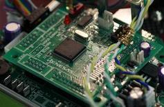 <p>Les actionnaires du groupe japonais de semi-conducteurs en grande difficulté Renesas Electronics sont sur le point de donner leur feu vert à un plan de sauvetage piloté par les pouvoirs publics, selon des sources proches des négociations. /Photo prise le 23 octobre 2012/REUTERS/Yuriko Nakao</p>