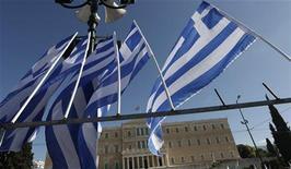 <p>Les ministres des Finances de la zone euro et le Fonds monétaire international (FMI) vont tenter lundi de débloquer une nouvelle tranche d'aide à la Grèce, mais des divergences persistent sur la question d'une éventuelle décote de la dette d'Athènes. /Photo prise le 6 novembre 2012/REUTERS/Yorgos Karahalis</p>