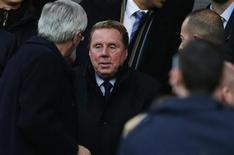 <p>Le nouveau manager des QPR, Harry Redknapp (au centre) a prévenu lundi ses joueurs que seul le travail pourrait sauver le club de la relégation en Premier League. Les Queens Park Rangers sont actuellement derniers du championnat anglais avec quatre points en 13 matches. /Photo prise le 24 novembre 2012/REUTERS/Phil Noble</p>