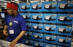 <p>Dans un magasin de jouets à New York le jour de Thanksgiving. Nintendo dit avoir écoulé plus de 400.000 de ses nouvelles consoles Wii U lors de la première semaine de commercialisation aux Etats-Unis. /Photo prise le 22 novembre 2012/REUTERS/Carlo Allegri</p>