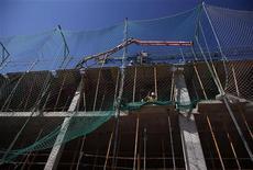 <p>Les mises en chantier de logements en France ont de nouveau baissé au mois d'octobre tandis que le nombre des permis de construire a légèrement augmenté. /Photo prise le 3 octobre 2012/REUTERS/Sergio Perez</p>