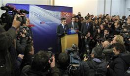<p>François Fillon a annoncé mardi la création d'un groupe au sein de l'UMP en attendant l'organisation d'un nouveau vote pour sortir de la crise provoquée par l'élection contestée de son rival Jean-François Copé à la présidence du parti. /Photo prise le 27 novembre 2012/REUTERS/Gonzalo Fuentes</p>