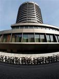 <p>La Banque des règlements internationaux à Bâle dont le Comité est à l'origine des règles prudentielles pour les banques. Selon plusieurs sources de l'Union européenne, l'Europe se prépare à emboîter le pas aux Etats-Unis pour reporter le durcissement des règles de solvabilité imposées aux banques, le temps de négocier un compromis avec les autorités américaines. /Photo d'archives/REUTERS/Christian Hartmann</p>