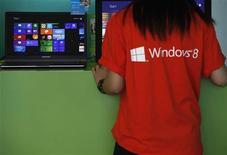 <p>Microsoft à suivre sur les marchés américains. Samsung Electronics a annoncé qu'il livrerait cette année 16 millions d'ordinateurs et de tablettes équipés du nouveau système d'exploitation du groupe américain. /Photo prise le 26 octobre 2012/REUTERS/Bobby Yip</p>