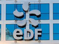 <p>Des analystes estiment qu'EDF va devoir sans doute limiter ses investissements et céder des actifs pour contenir sa dette, alors que l'électricien public cherche un moyen d'alléger le poids dans ses comptes de la contribution au service public de l'électricité, une taxe facturée à ses clients pour financer le développement des renouvelables en France. /Photo d'archives/REUTERS/Gonzalo Fuentes</p>