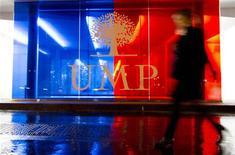 """<p>""""Excédé"""" par la crise à l'UMP, Nicolas Sarkozy est intervenu mardi dans le conflit entre Jean-François Copé et François Fillon, prônant l'organisation d'un référendum sur l'opportunité de départager par un nouveau vote les rivaux à la présidence. /Photo prise le 23 novembre 2012/REUTERS/Gonzalo Fuentes</p>"""