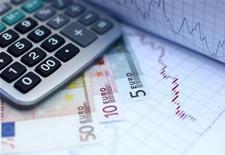 <p>Le rendement de l'emprunt d'Etat français à 10 ans (OAT) est passé pour la première fois sous les 2% mercredi, malgré la dégradation récente de la note française par l'agence Moody's. /Photo d'archives/ REUTERS/Dado Ruvic</p>