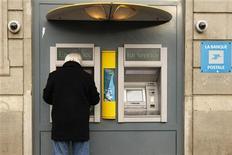 <p>La Banque postale envisage de recruter 300 collaborateurs du Crédit immobilier de France (CIF) sur deux ans dans le cadre du renforcement de ses activités de prêts immobiliers aux foyers aux revenus modestes. /Photo d'archives/REUTERS/Benoît Tessier</p>