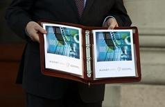 <p>Le ministre des Finances irlandais Michael Noonan a présenté mercredi au Parlement un budget 2013 marqué par de nouvelles mesures d'austérité, d'un montant total de 3,5 milliards d'euros, tout en promettant que la sortie de crise est à venir. /Photo prise le 5 décembre 2012/REUTERS/Cathal McNaughton</p>