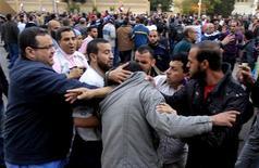 <p>Des échauffourées ont éclaté mercredi entre adversaires et partisans de Mohamed Morsi aux abords du palais présidentiel de Héliopolis, au Caire. /Photo prise le 5 décembre 2012/REUTERS/Mohamed Abd El Ghany</p>