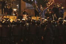 <p>Opposants anti-Morsi face aux forces de l'ordre, près du palais présidentiel, au Caire. Des heurts qui ont fait cinq morts ont éclaté mercredi entre adversaires et partisans du président égyptien Mohamed Morsi aux abords du palais présidentiel d'Héliopolis, au Caire, tandis que plusieurs responsables gouvernementaux appelaient au calme et au consensus. /Photo prise le 5 décembre 2012/REUTERS/Amr Abdallah Dalsh</p>