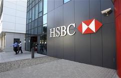 <p>HSBC pourrait devoir payer une amende de 1,8 milliard de dollars (1,38 milliard d'euros) dans le cadre d'un accord amiable avec les autorités américaines portant sur des allégations de blanchiment d'argent, a-t-on appris de plusieurs sources proches du dossier. /Photo prise le 4 janvier 2012/REUTERS/Nikhil Monteiro</p>