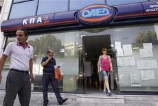 <p>Centre pour l'emploi, à Athènes. Le chômage poursuit son inexorable progression en Grèce, avec un taux record de 26% en septembre qui repasse devant celui de l'Espagne le même mois, montrent les chiffres de l'agence de la statistique grecque Elstat publiés jeudi. /Photo prise le 6 septembre 2012/REUTERS/John Kolesidis</p>