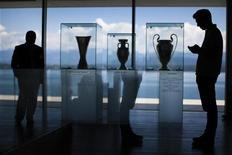 <p>Les trophées de la Ligue Europa, de l'Euro et de la Ligue des champions (de droite à gauche), exposés au siège de l'UEFA, à Nyon, en Suisse. La fédération européenne de football a annoncé que l'Euro de football serait pour la première fois organisé dans plusieurs villes à travers toute l'Europe en 2020. /Photo d'archives/REUTERS/Valentin Flauraud</p>