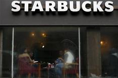 <p>Café Starbucks dans le centre de Londres. Critiquée de toute part depuis plusieurs semaines, la chaîne de cafétérias Starbucks a annoncé jeudi qu'elle pourrait payer environ 20 millions de livres au Trésor public britannique sur les deux prochaines années. /Photo prise le 3 décembre 2012/REUTERS/Andrew Winning</p>