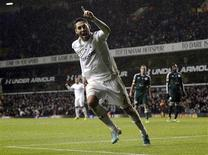 <p>Clint Dempsey de Tottenham après avoir marqué contre Panathinaïkos. Tottenham a validé sa qualification pour les seizièmes de finale de la Ligue Europa en disposant à domicile du club grec 3-1. /Photo prise le 6 décembre 2012/REUTERS/Dylan Martinez</p>