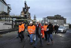<p>Ouvriers d'ArcelorMittal sur le site d'Hayange-Florange. Le leader du syndicat CFDT à Florange, Edouard Martin, s'est déclaré vendredi prêt à croire les promesses de François Hollande sur l'avenir du site, tout en se montrant extrêmement sceptique sur les engagements obtenus d'ArcelorMittal. /Photo prise le 6 décembre 2012/REUTERS</p>