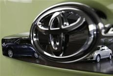 <p>Toyota Motor prévoierait une chute de 20% des ventes de voitures au Japon en 2013, conséquence en partie de l'arrêt mi-septembre du programme d'incitations fiscales à l'achat de véhicules économes en carburant. /Photo d'archives/REUTERS/Kim Kyung-Hoon</p>