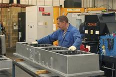 <p>La production manufacturière britannique a reculé en octobre à un rythme bien supérieur aux prévisions des économistes. /Photo d'archives/REUTERS/Tom Bergin</p>
