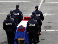 <p>Lors d'une cérémonie à la mémoire d'Eric Lalès, un policier d'Aix-en-Provence qui était décédé à l'hôpital une dizaine de jours après avoir été la cible de tirs lors de la poursuite de cambrioleurs, en novembre 2011 à Vitrolles. Le meurtrier présumé de ce policier a été interpellé jeudi soir à Marseille après une fusillade avec la Brigade anticriminalité, alors qu'il s'apprêtait vraisemblablement à commettre un cambriolage avec des complices. /Photo d'archives/REUTERS/Jean-Paul Pélissier</p>