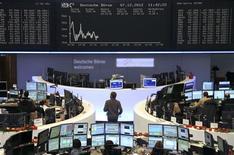 <p>Les principales Bourses européennes sont légèrement dans le rouge vendredi à mi-séance, au vu des futures sur indices, avant la publication dans l'après-midi aux Etats-Unis des chiffres officiels de l'emploi de novembre. À Paris, le CAC 40 est repassé sous le seuil des 3.600 points vers 11h20 GMT, cédant 0,17%. À Francfort, le Dax recule de 0,16% et à Londres, le FTSE perd 0,14%. /Photo prise le 7 décembre 2012/REUTERS/Remote/Lizza David</p>