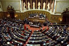 <p>Le Sénat, où le gouvernement ne dispose pas de majorité stable, a adopté samedi des amendements supprimant le crédit d'impôt pour la compétitivité et l'emploi (CICE), mesure phare du pacte pour la compétitivité qui doit entrer en vigueur le 1er janvier 2013. /Photo d'archives/REUTERS/John Schults</p>