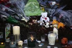<p>Devant une église de Newtown, dans le Connecticut, au lendemain d'une tuerie au cours de laquelle 20 enfants et six adultes ont été abattus dans une école élémentaire par un homme lourdement armé. Cette tuerie, l'une des plus meurtrières dans l'histoire des Etats-Unis, a suscité effroi et incompréhension dans le pays, où le débat sur le port d'armes a été immédiatement relancé. /Photo prise le 15 décembre 2012/REUTERS/Joshua Lott</p>
