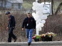 <p>Devant l'école Sandy Hook de Newtown, dans le Connecticut, au lendemain d'une tuerie au cours de laquelle 20 enfants et six adultes ont été abattus dans une école élémentaire par un homme lourdement armé. Cette fusillade, l'une des plus meurtrières dans l'histoire des Etats-Unis, a suscité effroi et incompréhension dans le pays, où le débat sur le port d'armes a été immédiatement relancé. /Photo prise le 15 décembre 2012/REUTERS/Shannon Stapleton</p>