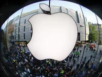 <p>Apple a annoncé dimanche avoir vendu plus de deux millions d'iPhone 5 en Chine au cours des trois premiers jours de lancement du smartphone, ce qui en fait l'iPhone le plus vendu jusqu'ici dans le pays à ce stade de sa commercialisation. Un trader note que l'action s'inscrit sous les 500 dollars en transactions pré-Bourse pour la première fois depuis février. /Photo prise le 21 septembre 2012/REUTERS/Michael Dalder</p>