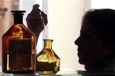 <p>Un projet de réglementation européenne attendu pour le début de l'année prochaine expose la parfumerie haut de gamme à admettre un secret encore mieux gardé que les formules de ses fragrances, à savoir que la composition de parfums mondialement connus a été modifiée au fil des ans. /Photo prise le 14 novembre 2012/REUTERS/Eric Gaillard</p>